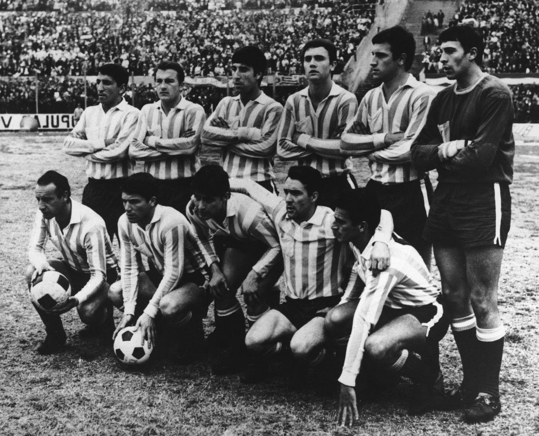 Отборът на Расинг от 60-те с Алфио Базиле (трети отдясно наляво горе) в него - шампион и носител на Копа Либертадорес