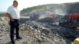 Борисов пак тръгна с джипа на инспекции, кара се на инженери за Вит (видео)