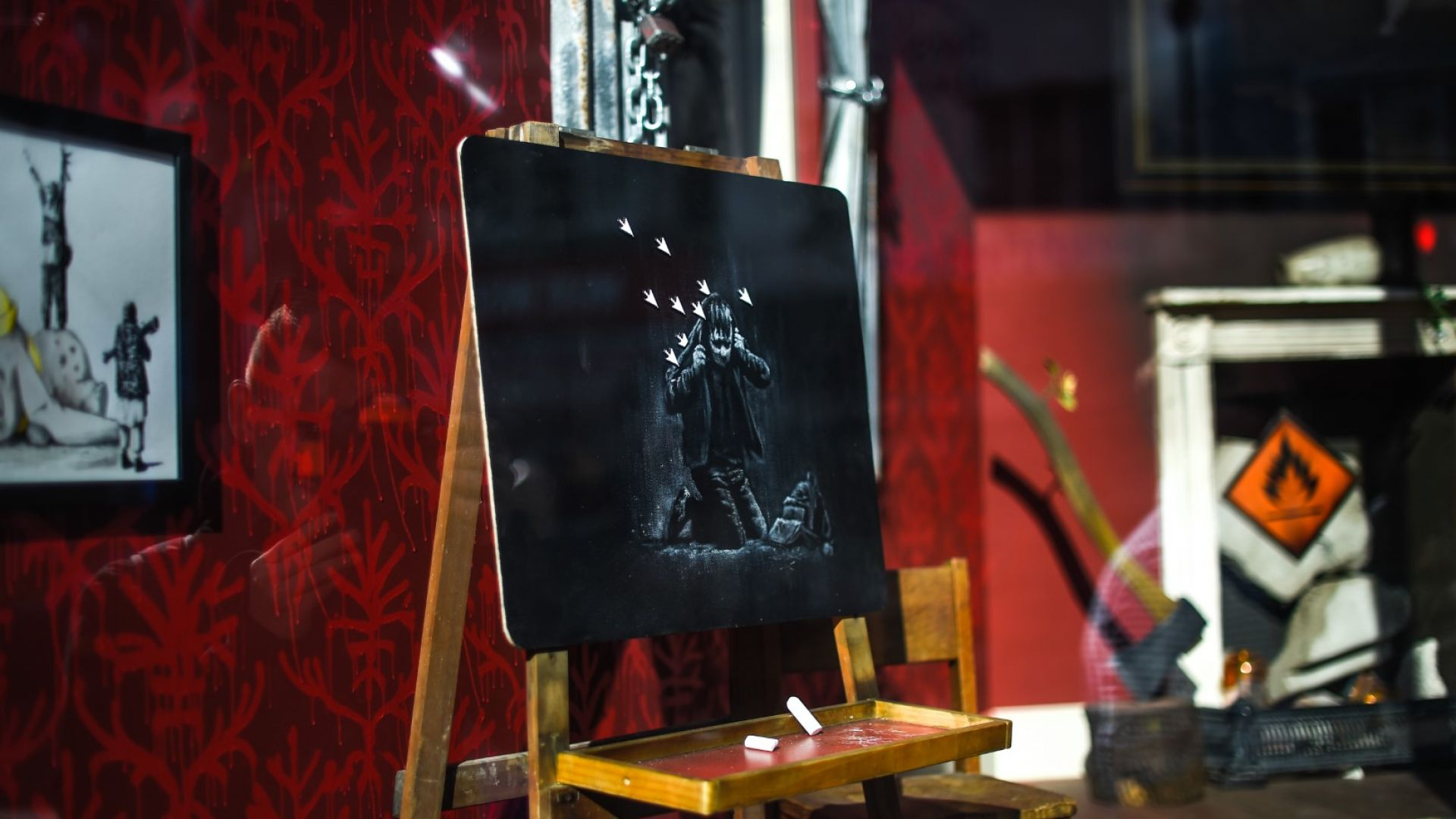 Британският стрийт художник Банкси продава бронирана жилетка с британското знаме,