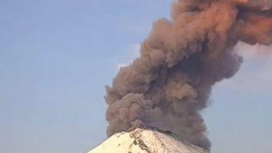 Вулканът Попокатепетъл зрелищно изгригна (видео)
