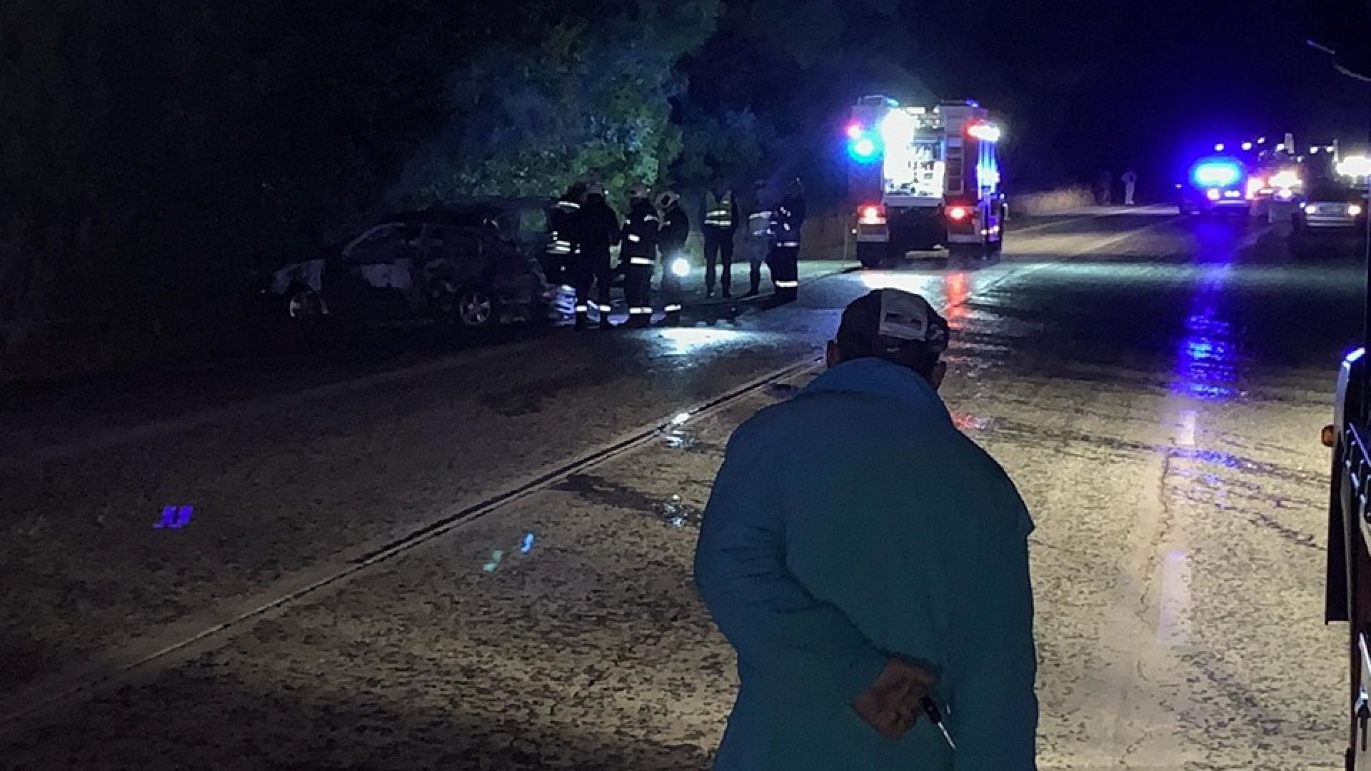 Пътник изгоря в пламнал автомобил след челен удар, а шофьорът избяга