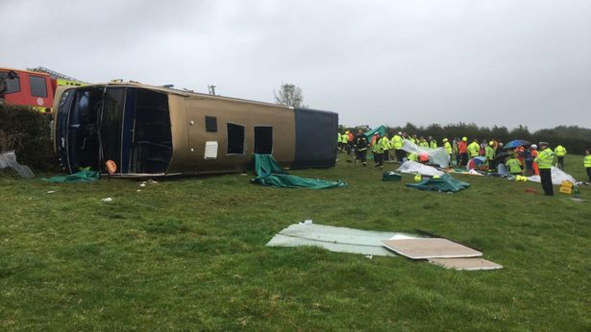 37 ранени при преобръщане на двуетажен автобус в Англия (снимки)
