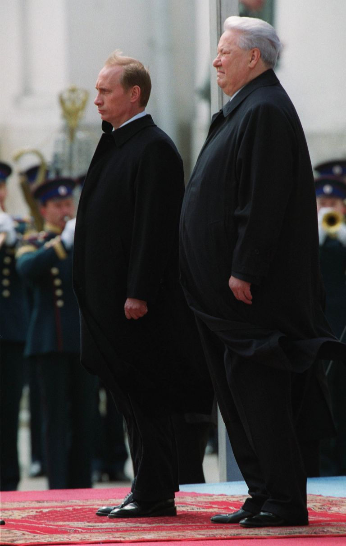 7 май 2000 г. - Владимир Путин и Борис Елцин присъстват на церемония по полагане на венец в гроба на Незнайния воин. По-рано през деня Путин положи клетва, като стана вторият демократично избран президент на Русия.
