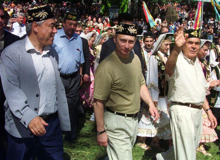 24 юни 2000 г. - Владимир Путин и президентът на Татарстан Ментимир Шаймиев се разхождат по време на честването на местния празник Сабантуй край столицата на Татарстан Казан.
