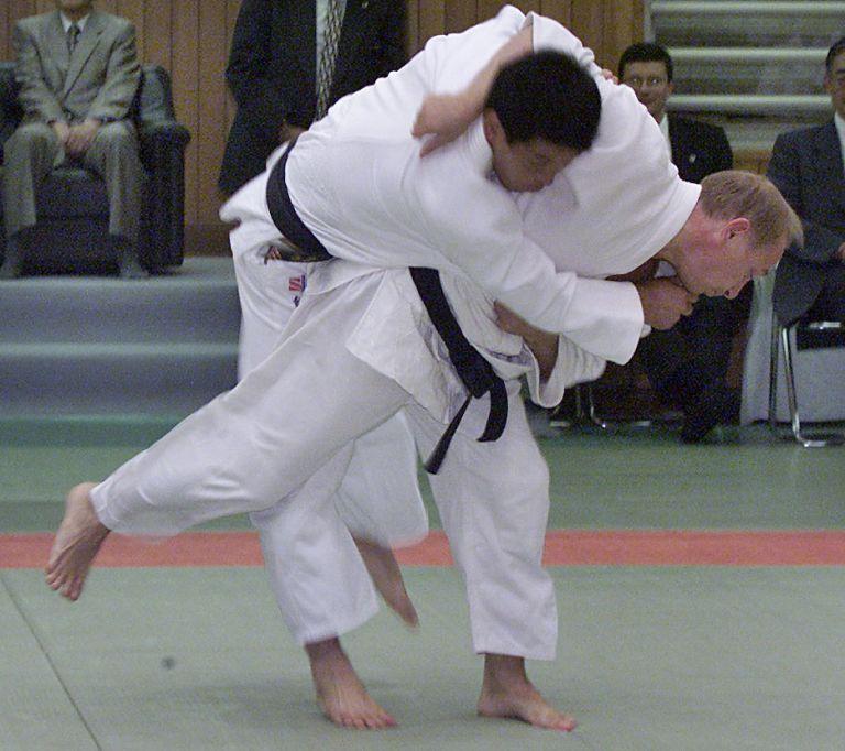 5 септември 2000 г. - Владимир Путин хвърля японски майстор по джудо по време на учение в Кодокан в Токио.