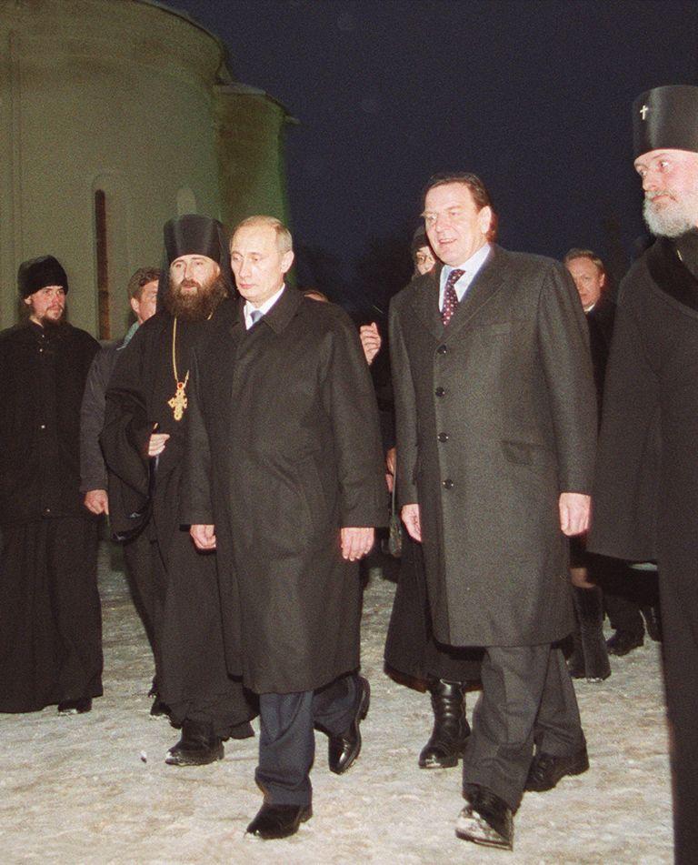 7 януари 2001 г. - Руският президент Владимир Путин и германският канцлер Герхард Шрьодер посещават руски православен манастир от 14 век в Сергиев Посад, на 70 км северно от Москва.