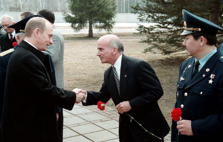 12 април 2001 г. - Владимир Путин поздравява бизнесмена Денис Тито. Русия даде зелена светлина на калифорнийския милионер да стане първият турист в космоса, въпреки че НАСА изрази резерви.