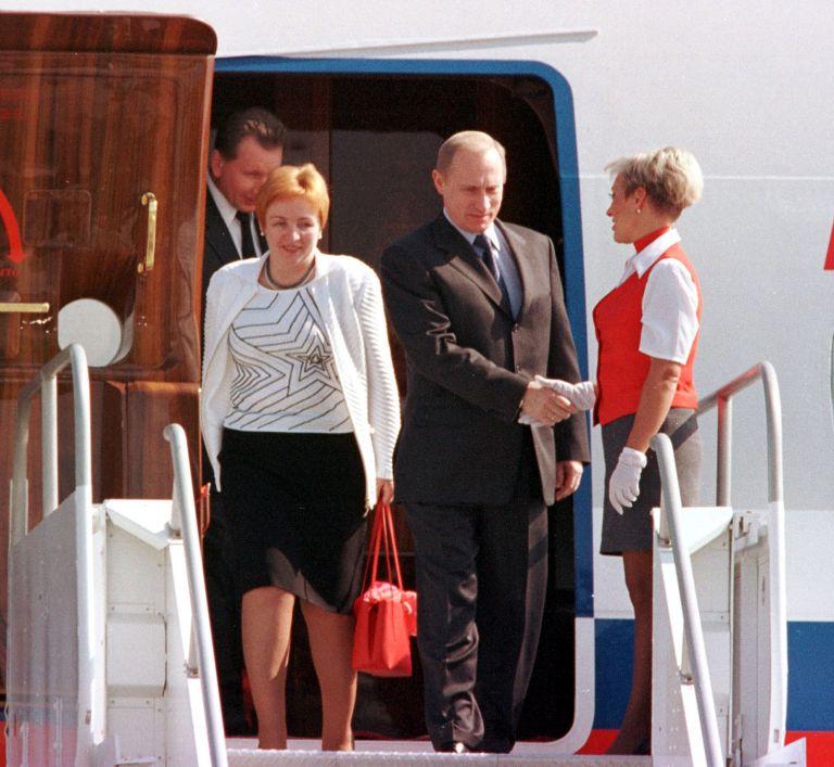 14 ноември 2001 г. - Владимир Путин пристига със съпругата си Людмила в Хюстън, Тексас за преговори с американския държавен глава Джордж Уокър Буш.