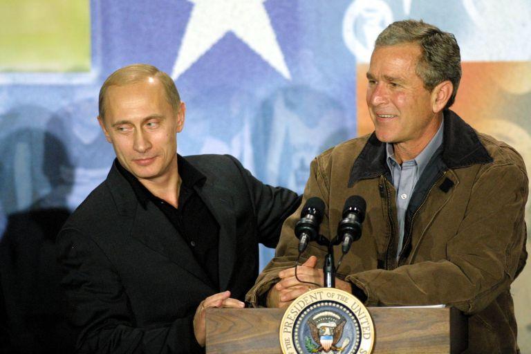 15 ноември 2001 г. - Владимир Путин и президентът на САЩ Джордж Уокър Буш говорят по време на посещение в Крауфордската гимназия в Крофорд, Тексас. Буш и Путин приключиха тридневна среща на върха, без да постигнат съгласие за система за противоракетна отбрана на САЩ, но се съгласиха да намалят ядрените запаси на техните държави.