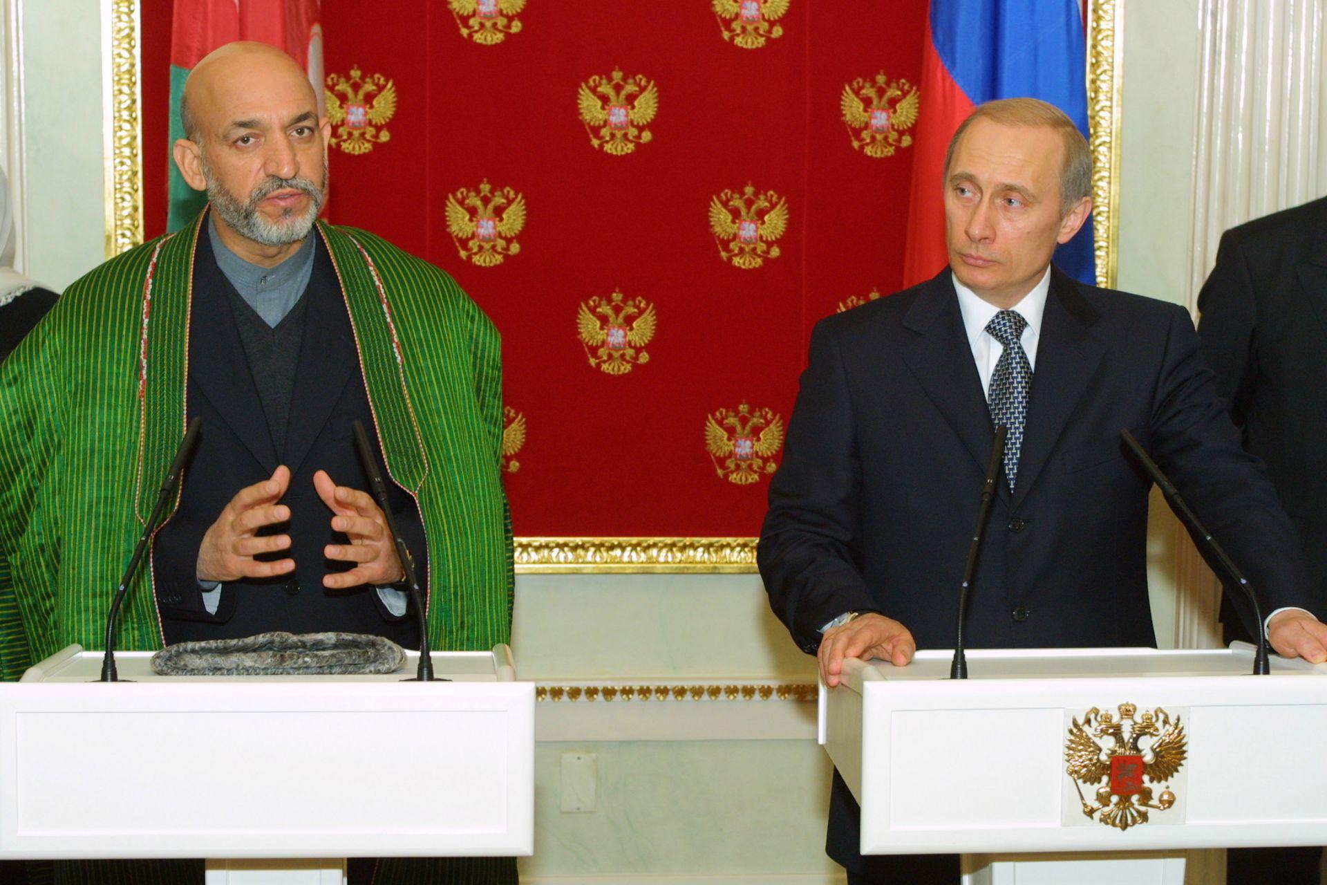 12 март 2002 г. - Владимир Путин с временния министър-председател на Афганистан Хамид Карзай след срещата им в Кремъл. Карзай иска руска помощ за възстановяване на страната си.