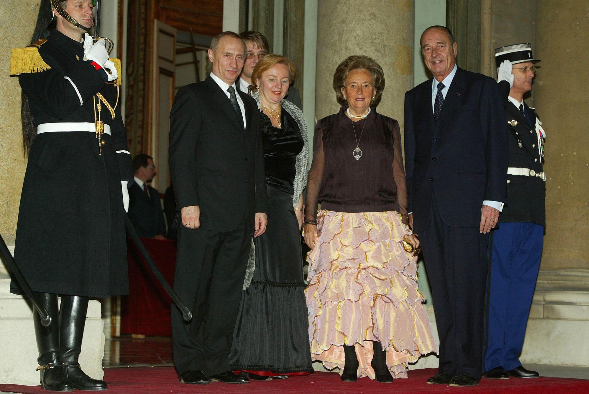 10 февруари 2003 г. Френският президент Жак Ширак, съпругата му Бернадет, руският президент Владимир Путин и съпругата му Людмила пристигат за вечеря в Елисейския дворец.