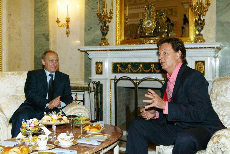 24 май 2003 г. - Владимир Путин изслушва сър Пол Маккартни по време на срещата им в Кремъл. Музикантът гостува в Москва за първия си концерт на Червения площад.