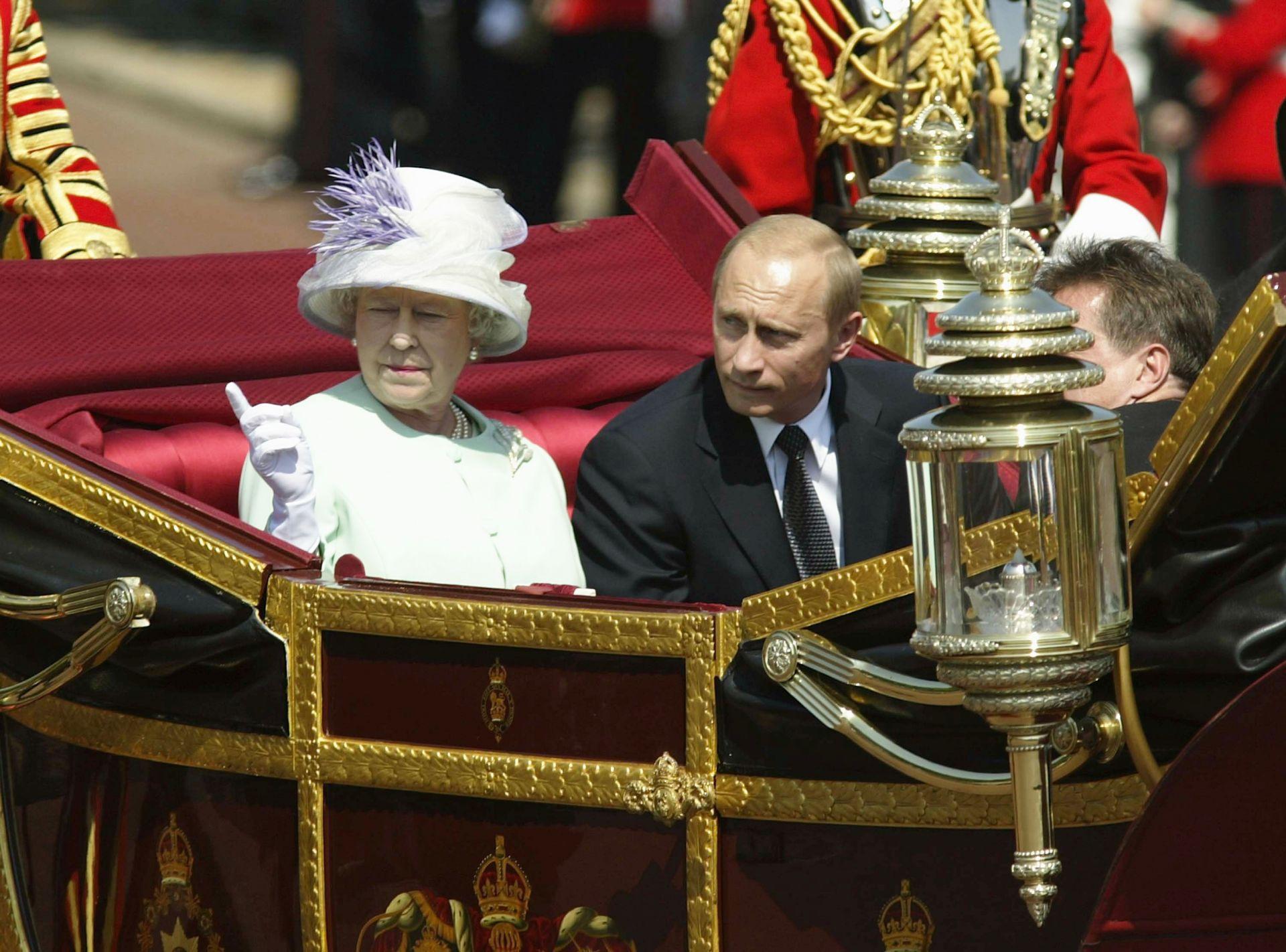 24 юни 2003 г. - Владимир Путин е придружаван от Нейно величество кралица Елизабет Втора на шествие в Лондон. Посещението е първото за руски президент от 1843 г.