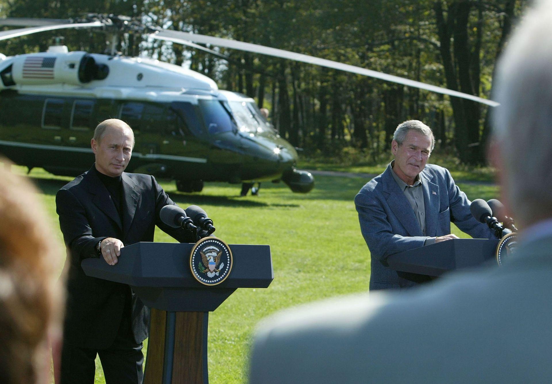 27 септември 2003 г. - Джордж Уокър Буш казва на руски репортер, че може да зададе само един въпрос по време на пресконференция с Владимир Путин в Кемп Дейвид, Мериленд.