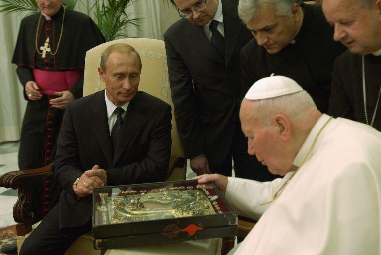 5 ноември 2003 г. - Папа Йоан Павел II показва религиозна икона на Владимир Путин по време на срещата им във Ватикана. Иконата, известна като Божията майка на Казан, е много почитана от руските поклонници. Папата обяви, че подобряването на отношенията между Ватикана и Руската православна църква е приоритет.