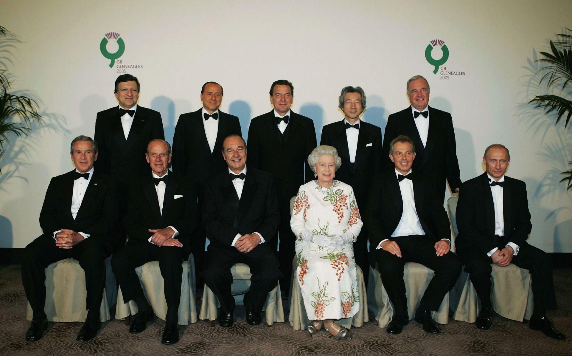 6 юли 2005 г. Британската кралица Елизабет II позира за групова снимка с лидерите на Г-8 - президента на САЩ Буш, британския принц Филип, френския президент Жак Ширак, британския премиер Тони Блеър, руския президент Владимир Путин, председателя на Европейската комисия Жозе Мануел Барозу, италианскияя премиер Силвио Берлускони, германския канцлер Герхард Шрьодер, японския премиер Джуничиро Коизуми и канадския премиер Пол Мартин, преди вечеря в Глейнълс по време на срещата на върха на Г-8 в Шотландия.