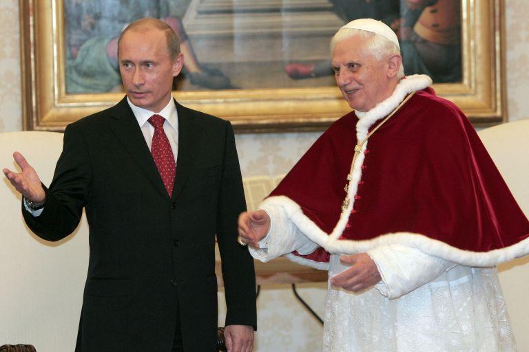 13 март 2007 г. - Папа Бенедикт XVI се среща с Владимир Путин в частната си библиотека във Ватикана.