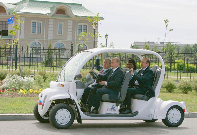 15 юли 2006 г. - Владимир Путин вози Джордж Буш на път за съвместна пресконференция в Международния медиен център в Санкт Петербург, Русия.