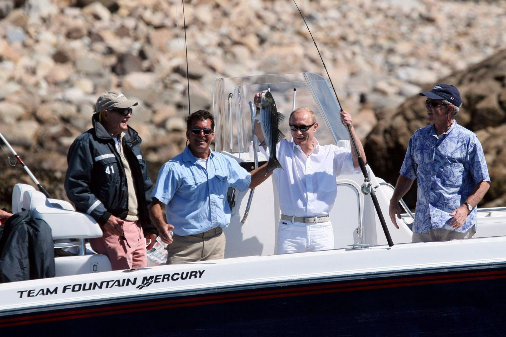 2 юли 2007 г. - В тази снимка, предоставена от Белия дом, бившият президент Джордж Х. У. Буш и президентът Джордж Буш наблюдават риболовния успех на президента на Русия Владимир Путин по време на сутрешен излет в Уокър Пойнт в Кенебункпорт, Мейн.
