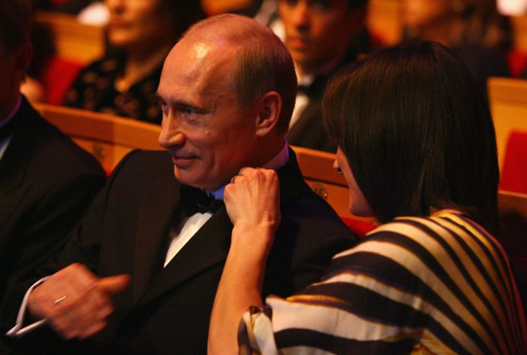 """18 февруари 2008 г. - Елена Исинбаева коригира яката на Владимир Путин по време на световните спортни награди """"Лауреус"""" в Концертната зала """"Марински' в Санкт Петербург, Русия."""