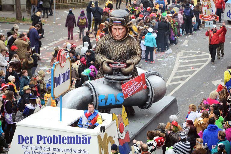 """16 февруари 2015 г. - Карикатура на Владимир Путин с мотото """"Проблемната мечка"""" на ежегодния карнавален Парад на розата в Майнц, Германия. Понеделникът на розата е връхната точка на годишния карнавален сезон, който има богата и широко разпространена традиция, особено в Югозападна Германия."""