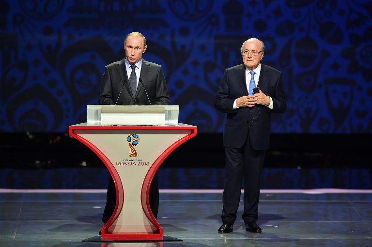 25 юли 2015 г. - Владимир Путин говори в присъствието на президента на ФИФА Сеп Блатер по време на предварителния жребий за Световното първенство по футбол през 2018 г. в Русия в двореца Константин в Санкт Петербург.