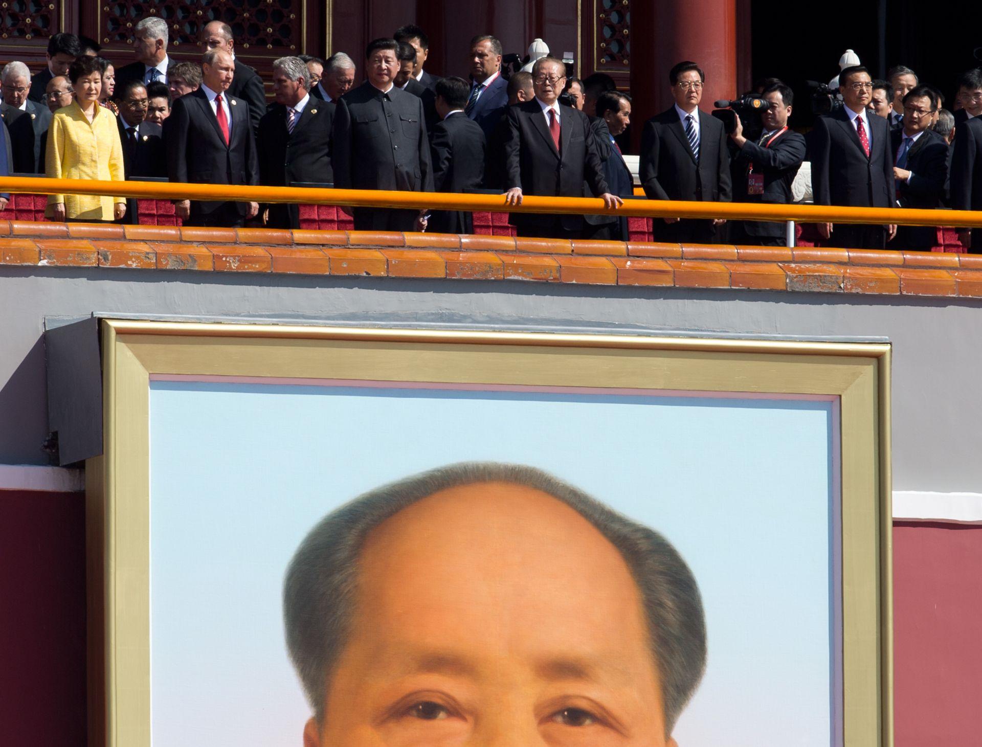 3 септември 2015 г. - Президентът на Южна Корея Парк Гюн Хе, руският президент Владимир Путин, китайският президент Си Дзинпин, бившият китайски президент Джан Земин, бившият китайски президент Ху Джинтао и китайският премиер Ли Кекианг на Тиананмън Гейт, откъдето гледат военния парад в чест на 70-годишнината от края на Втората световна война.