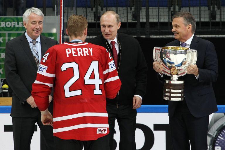 22 май 2016 г. - Владимир Путин поздравява Кори Пери от Канада за победата по време в мача за златото на Световния шампионат в Ледения дворец в Москва. Канада надви Финландия с 2:0.