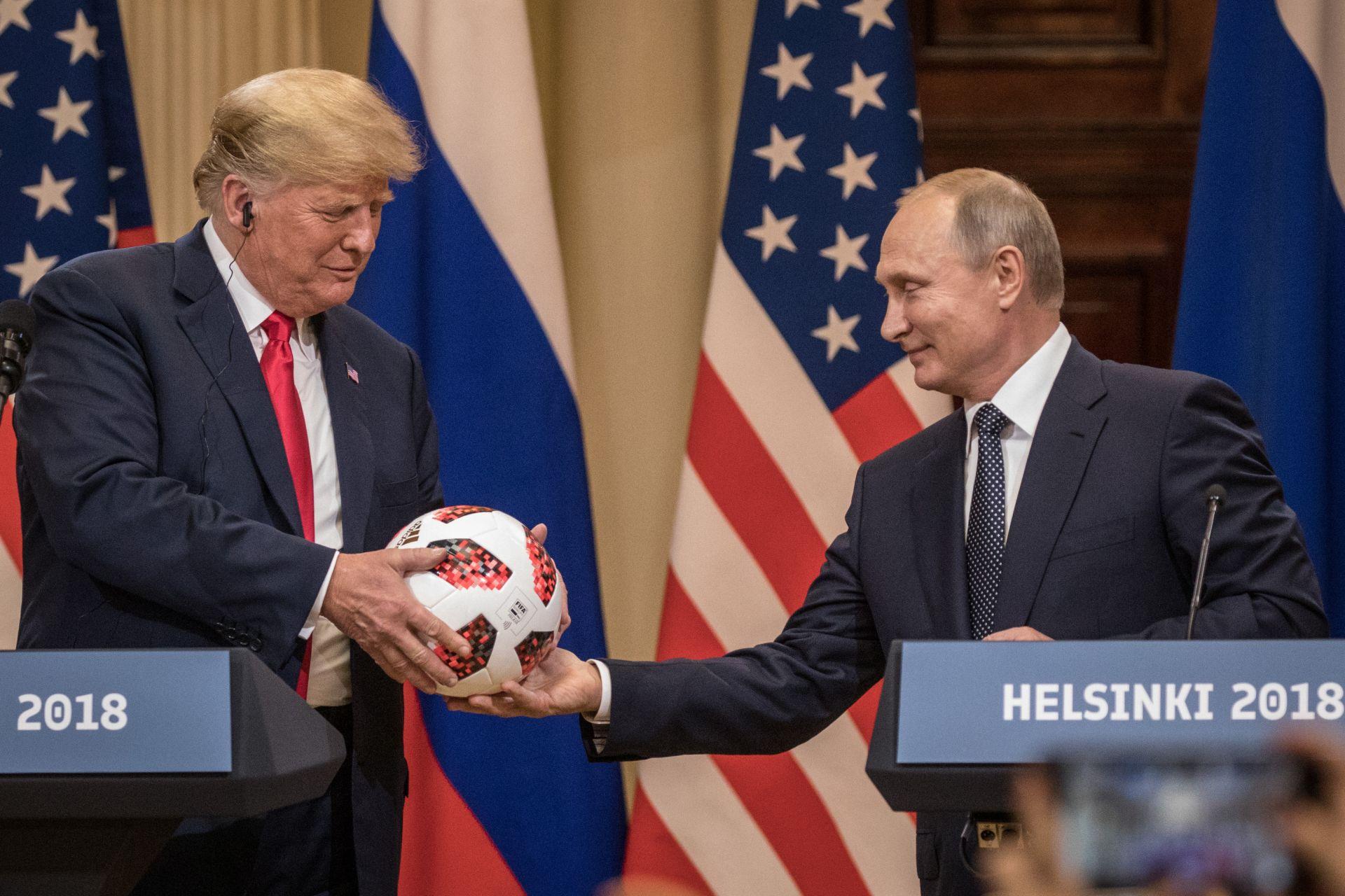 16 юли 2018 г. - Владимир Путин връчва на президента на САЩ Доналд Тръмп футболна топка по време на съвместна пресконференция след срещата им в Хелзинки, Финландия.