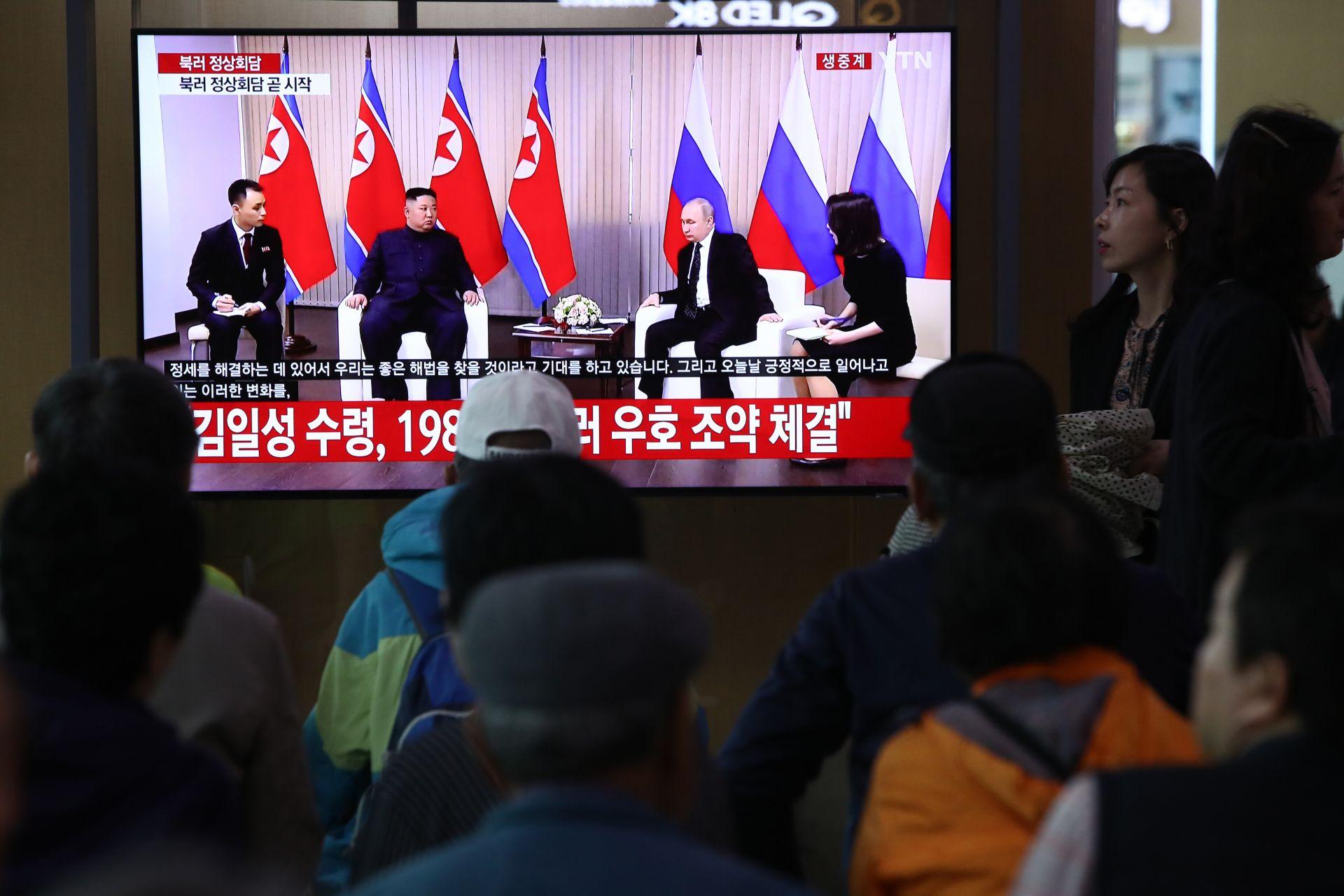 25 април 2019 г. - Южнокорейците гледат телевизионно предаване, в което лидерът на Северна Корея Ким Чен Ун е с руския президент Владимир Путин на железопътната гара в Сеул. Двамата се срещнаха за пръв път в тихоокеанския пристанищен град Владивосток.