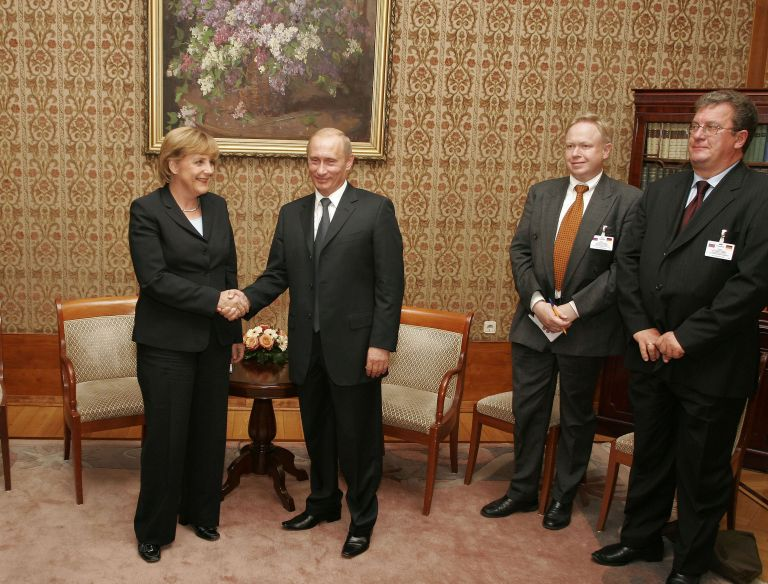 8 септември 2005 г. - Лидерът на германския Християндемократически съюз (ХДС) Ангела Меркел се ръкува с Владимир Путин по време на срещата им в Берлин.
