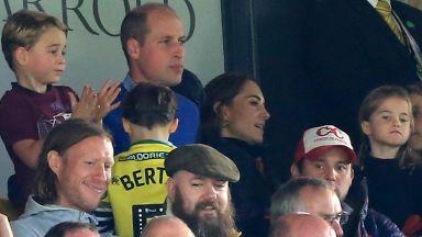 Принц Джордж в еуфория на футболен мач с родителите си