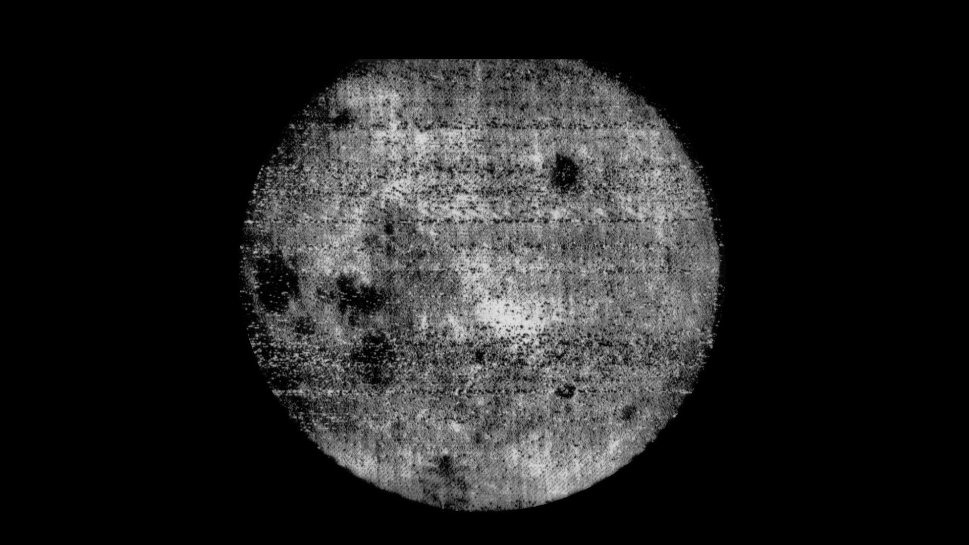 Преди 60 години СССР прави първата снимка на обратната страна на Луната