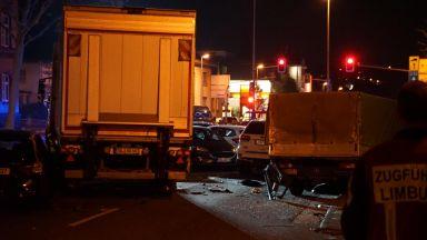 Мъж с краден камион помете 8 коли в Германия (снимки)
