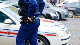Френски полицаи застреляха нападател с нож край Париж