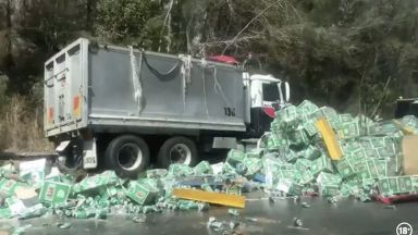 Камион с бира катастрофира в Австралия, стотици каси са унищожени (видео)