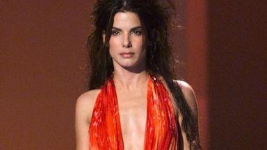 Сандра Бълок облече култовата рокля на Versace година преди Джей Ло