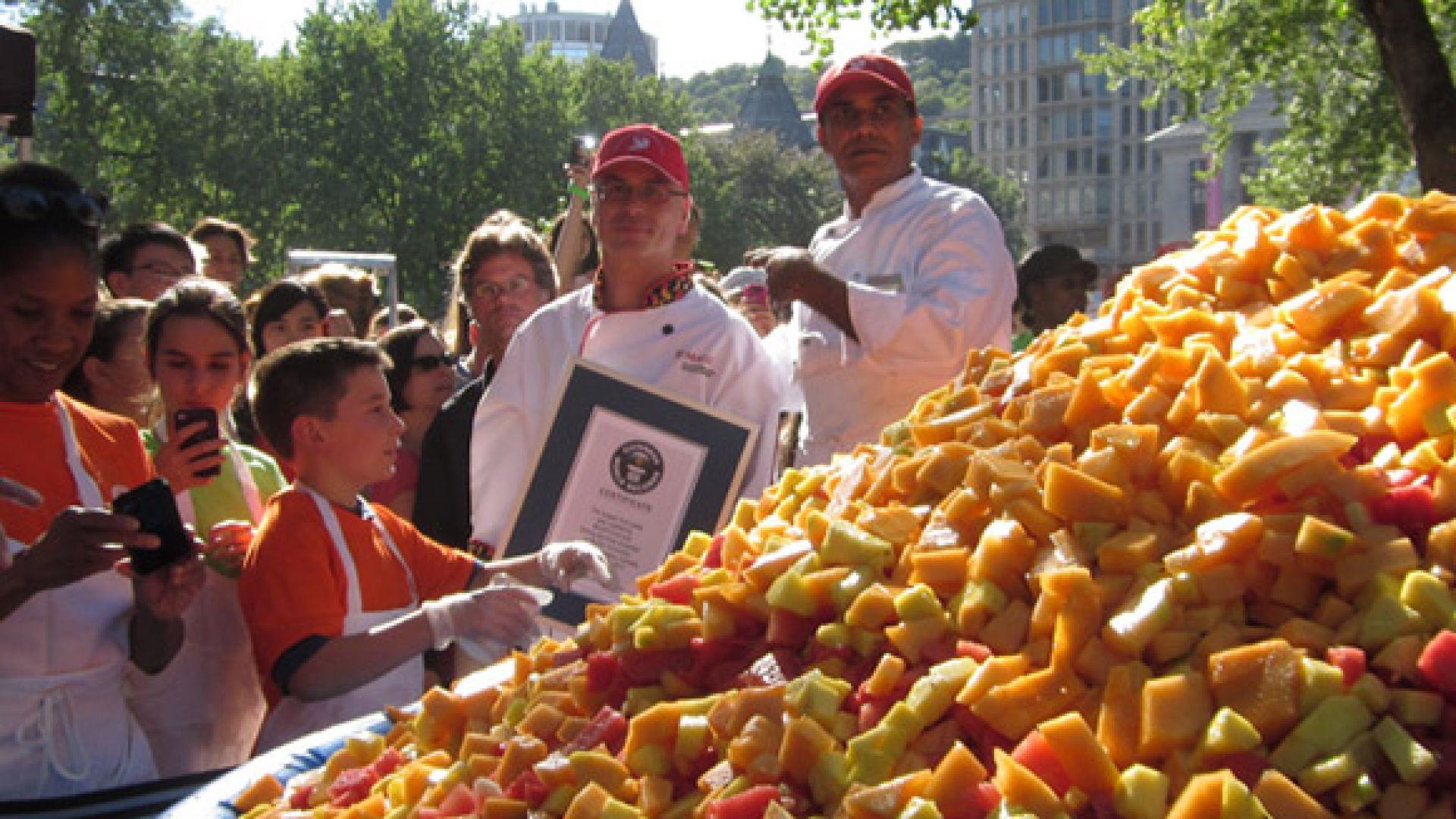 Френски град постави рекорд на Гинес за най-голяма плодова салата