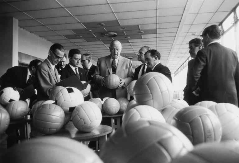 Сър Станли Роуз играе важна роля за дипломатическата мисия да накара отбора да се пречупи и да вдигне ръка пред върхушката от нацистки лидери в ложите