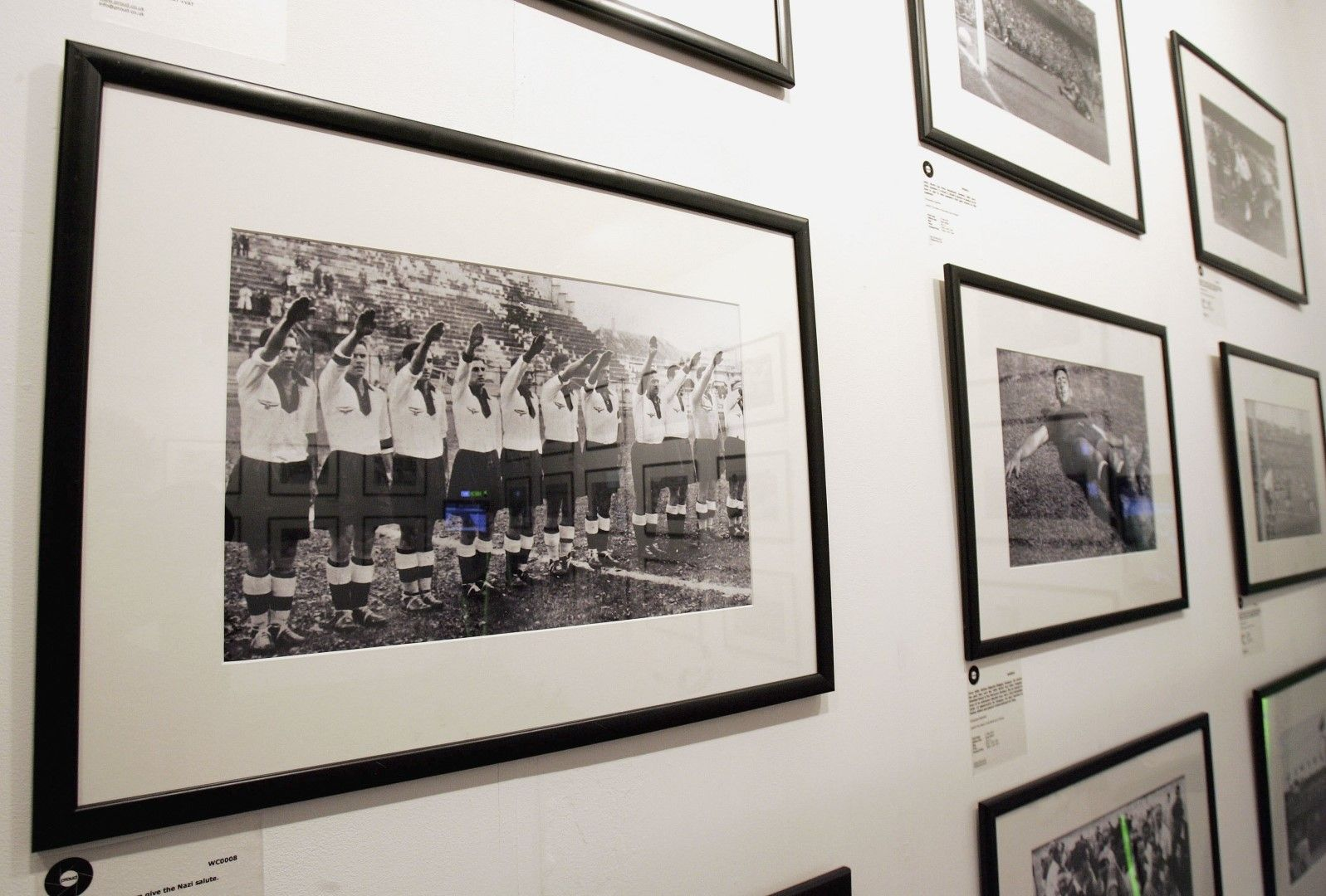 Снимката с нацисткия поздрав е в музея на футбола в Лондон - не най-славната страница на родината на играта, но такава, която не бива да се забравя