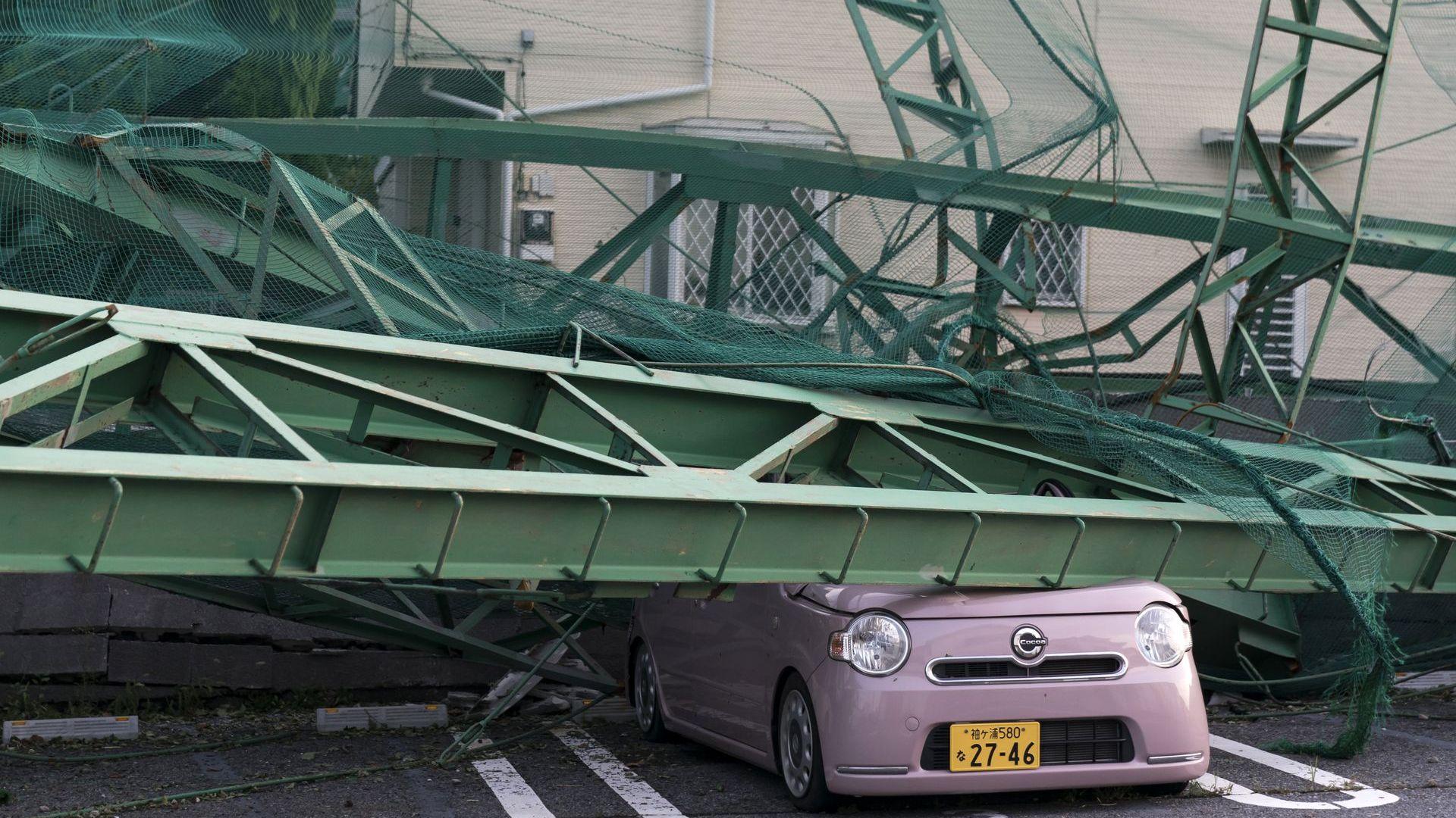 Супер тайфунът обърка световното в Япония, пропадна голямо дерби