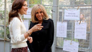 Брижит Макрон посрещна принцеса Мери с целувка в Париж