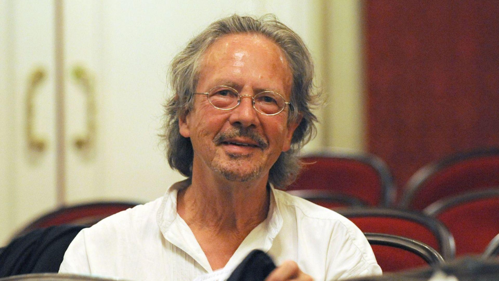 Косово реагира гневно срещу удостояването на австрийския писател Петер Хандке