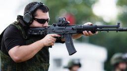 Facebook временно забранява рекламите на оръжейни принадлежности и военна екипировка