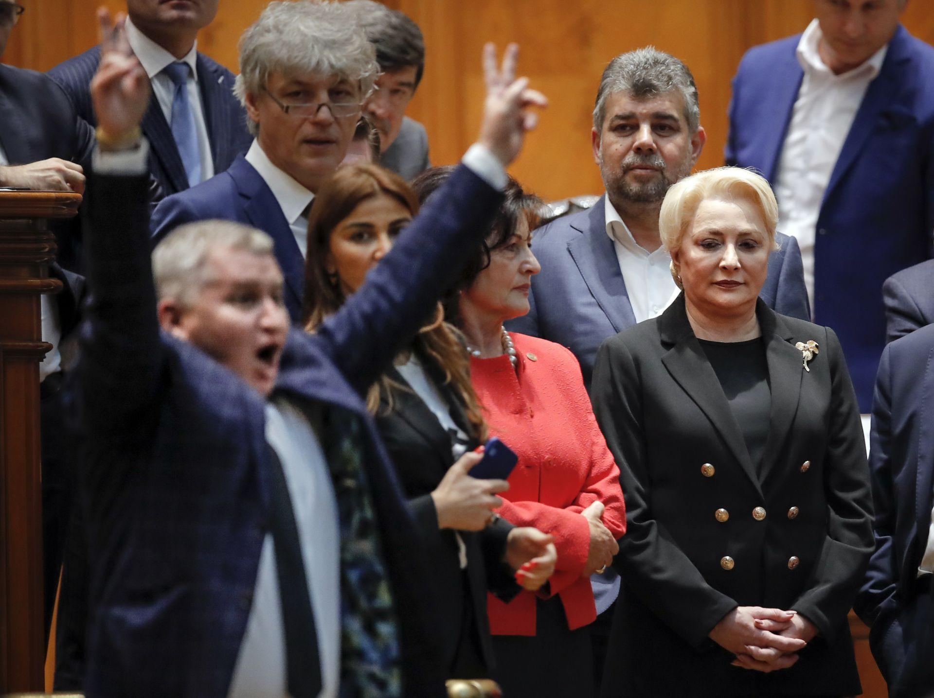 Румънският премиер Виорика Данчила наблюдава как опозицията ликува след вота на недоверие в парламента
