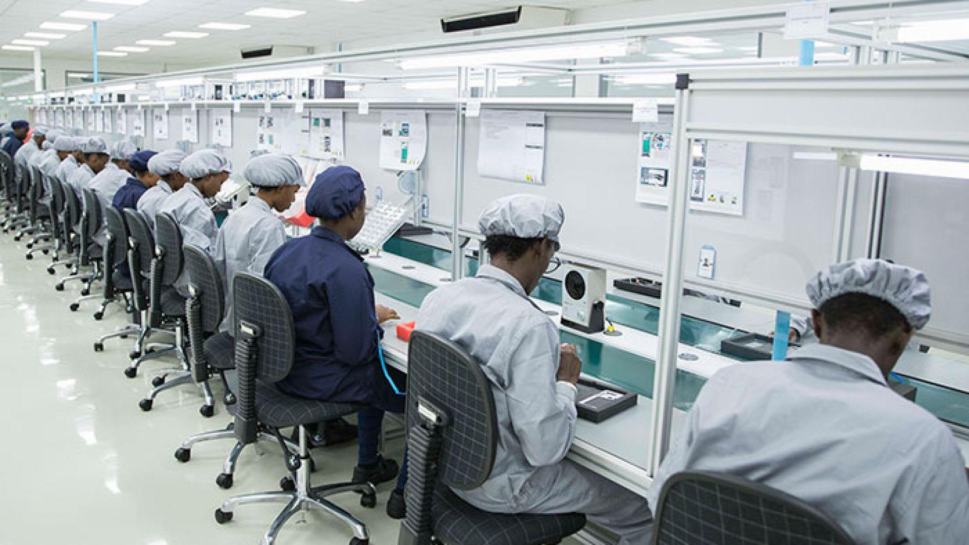 За разлика от България, в Руанда се произвеждат хардуерни компоненти и се сглобяват смартфони