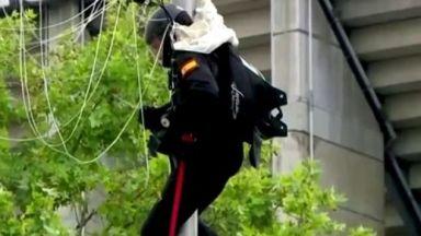 Испански парашутист се блъсна в улична лампа на военния парад за националния празник (видео)