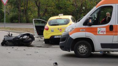 Мъж с мотопед загина след сблъсък с такси във Варна (снимки)