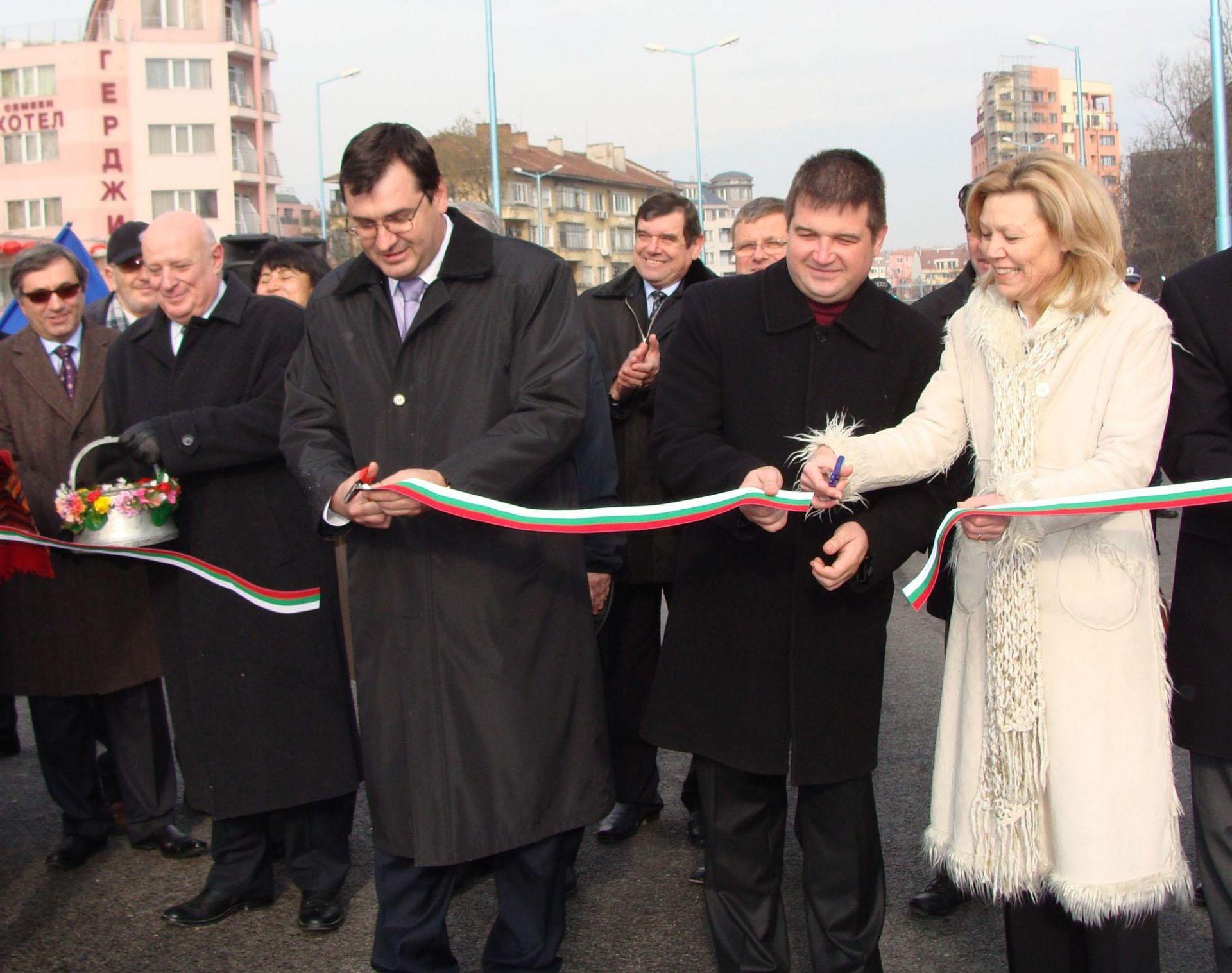 22 декември 2009 г. Кметът Славчо Атанасов и заместниците му прерязват лентата на новооткрит пътен участък в Пловдив