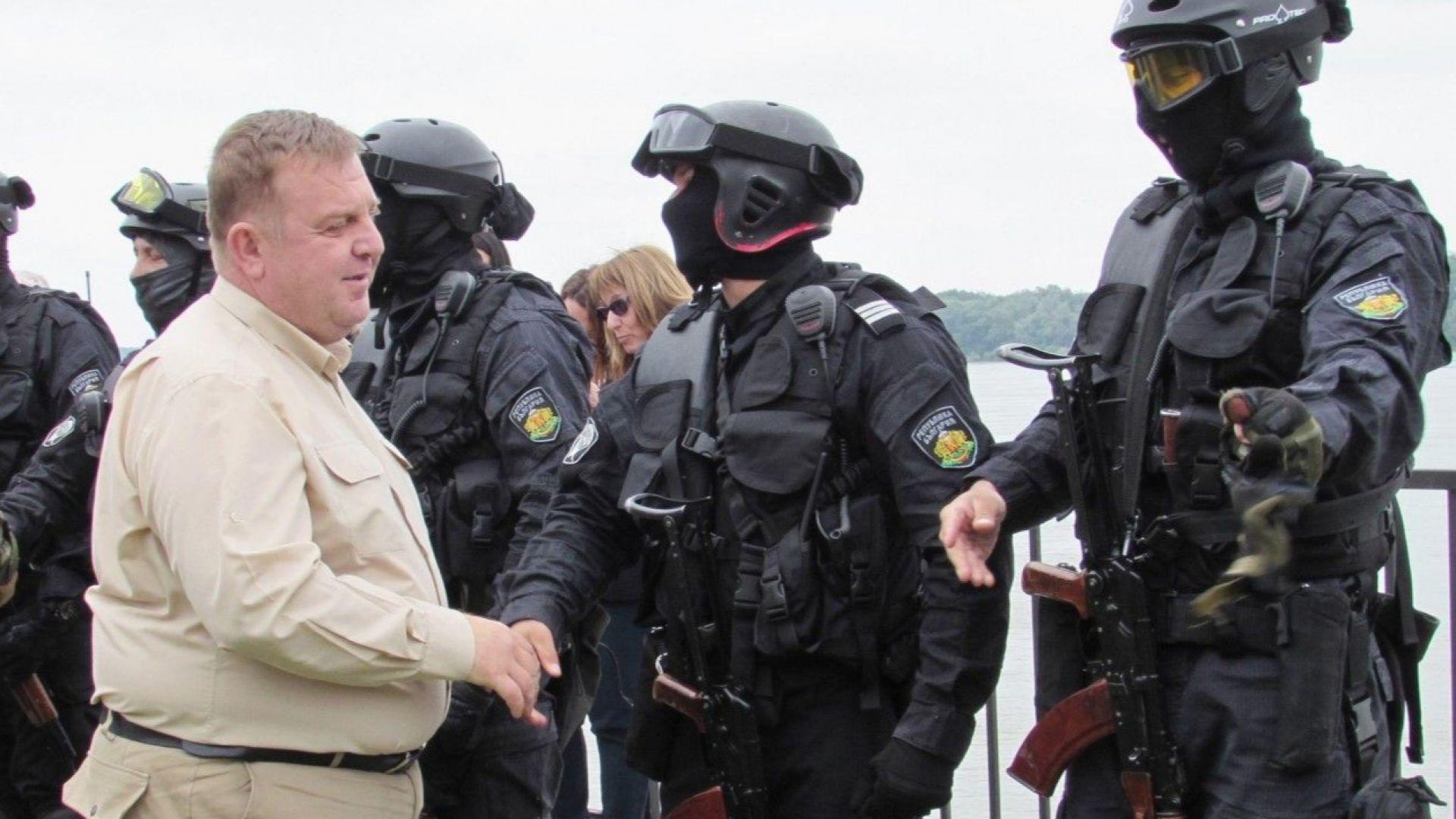 Засега нелегални маси към границата не се придвижват, но сме готови за всеки случай, заяви Каракачанов